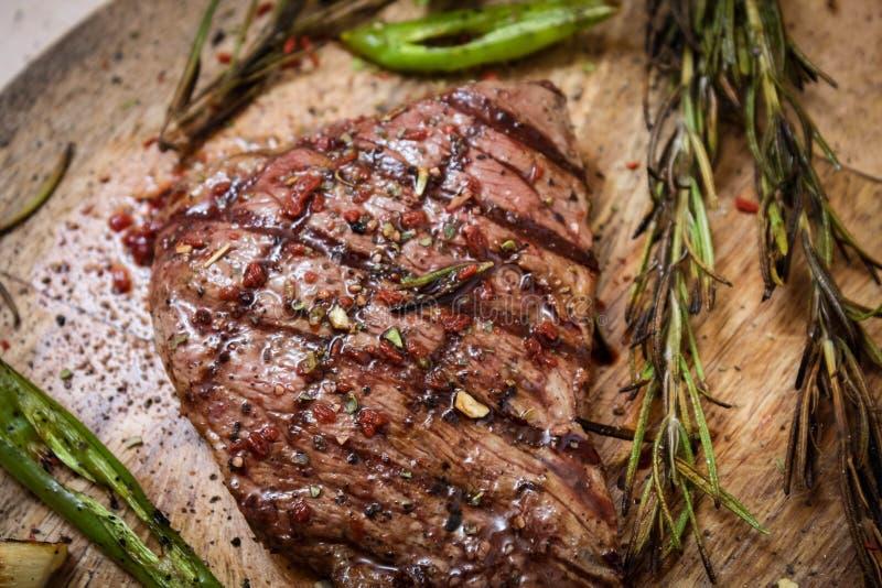 Braadstukrundvlees op een Hakbord met rozemarijn en groene hete peper royalty-vrije stock foto's