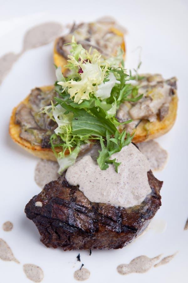 Braadstukvlees met aardappels stock afbeeldingen