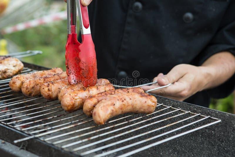 Braadstukworsten, smakelijke smakelijke geroosterde geroosterde worsten, in openlucht gekookt royalty-vrije stock afbeelding