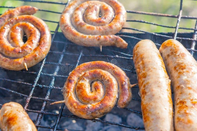 Braadworst, gebraden worsten op de grill stock foto's