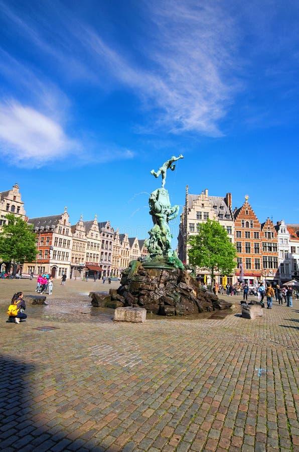 Brabo fontanna na Grote Markt Targowym kwadracie z tradycyjną Flamandzką architekturą antwerpia, Które zdjęcia royalty free