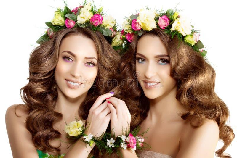 Brac modelo hermoso de la guirnalda de dos de la primavera de las mujeres flores de la chica joven fotografía de archivo