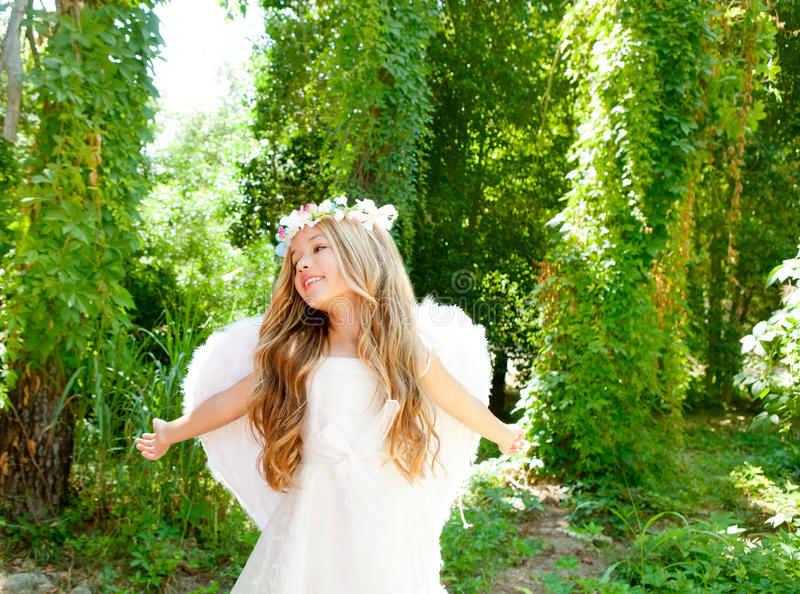 Braccia aperte della ragazza dei bambini di angelo in foresta immagini stock libere da diritti