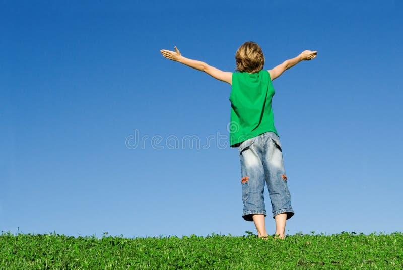 Braccia felici del bambino alzate immagine stock