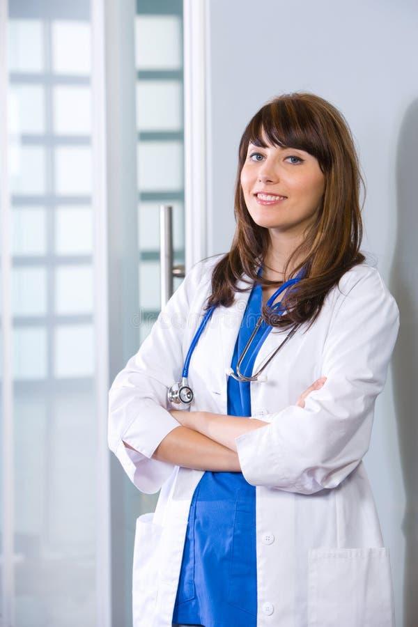 Braccia femminili del medico attraversate fotografia stock libera da diritti