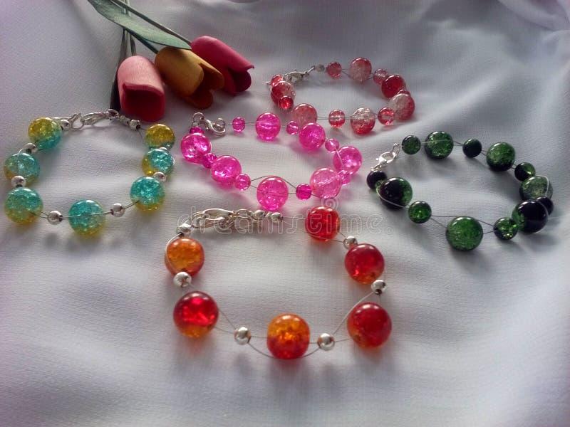 Braccialetti con le perle di vetro fotografie stock libere da diritti