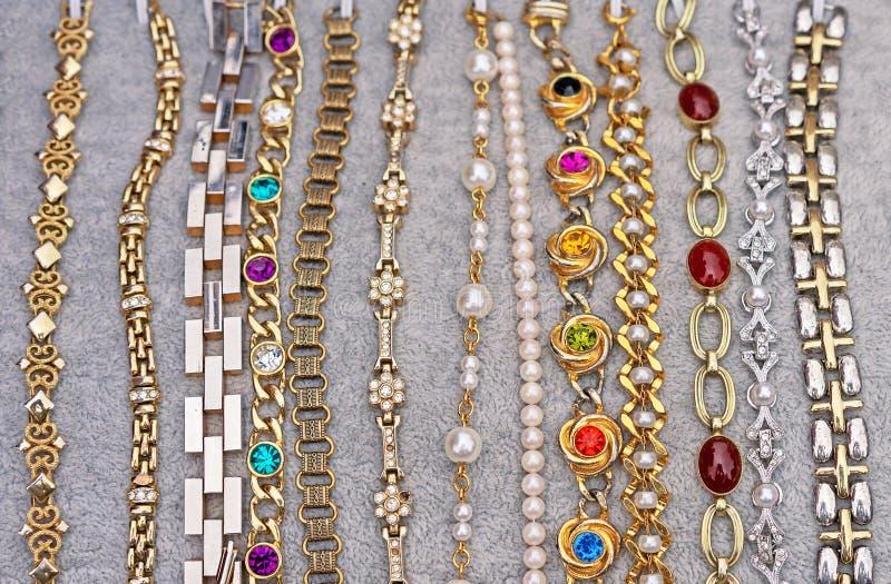 Braccialetti di varie progettazioni Bijouterie Fondo dei gioielli per progettazione e la decorazione fotografie stock libere da diritti