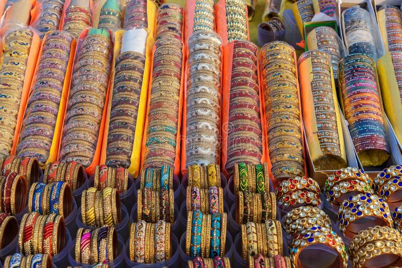 Braccialetti e braccialetti variopinti indiani tradizionali nel mercato a Jaipur L'India fotografia stock