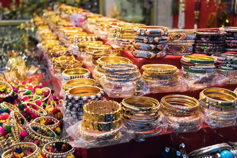 Braccialetti tradizionali tibetani variopinti luminosi da vendere fotografie stock