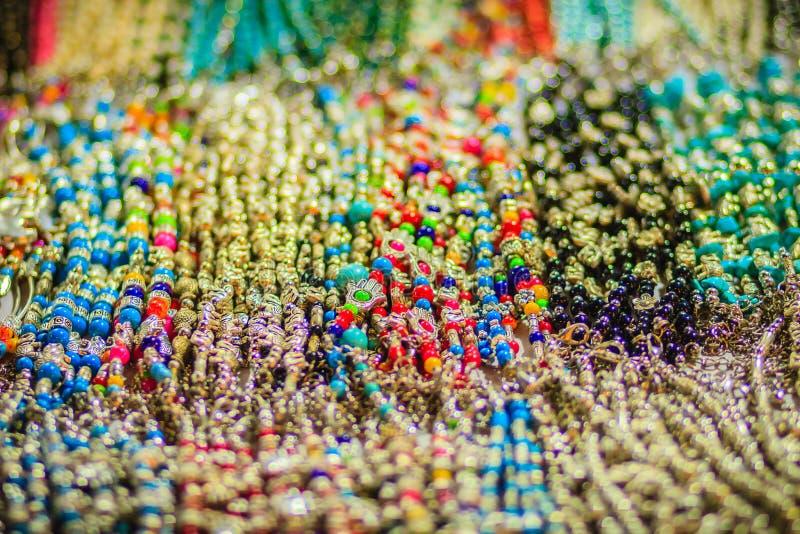 Braccialetti variopinti, perle e ricordo delle collane da vendere sullo streptococco immagine stock libera da diritti