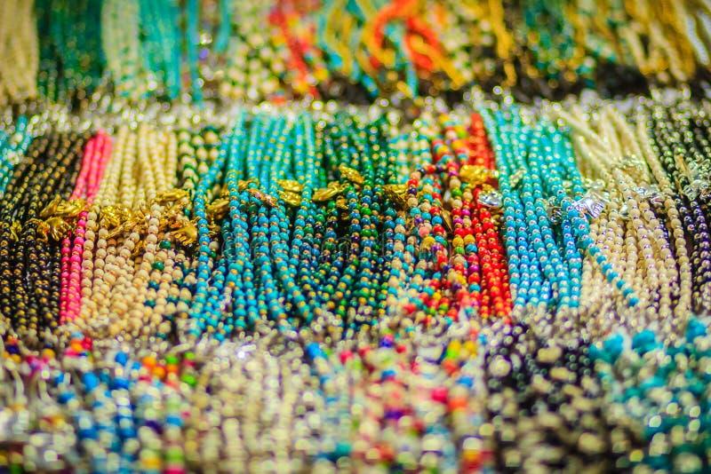 Braccialetti variopinti, perle e ricordo delle collane da vendere sullo streptococco immagini stock