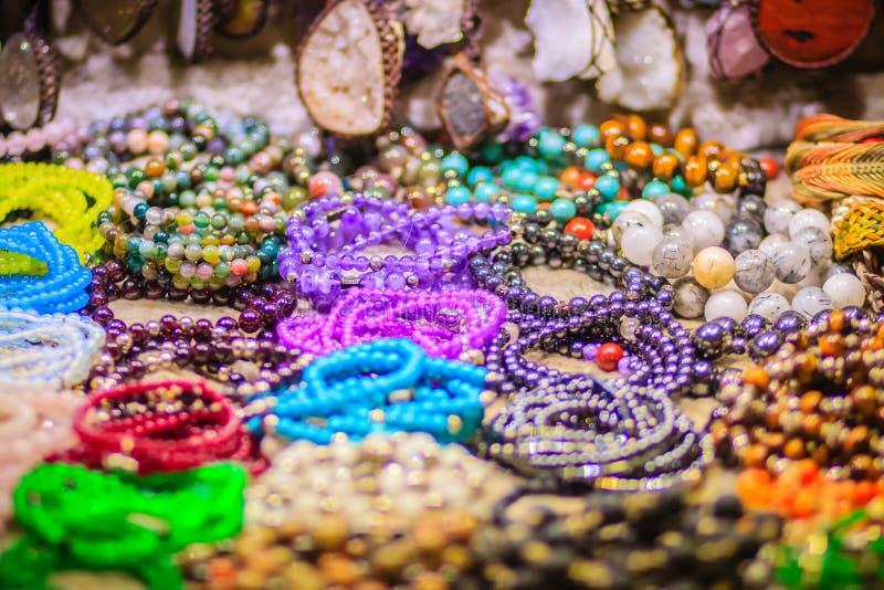 Braccialetti variopinti, perle e ricordo delle collane da vendere sullo streptococco fotografia stock libera da diritti