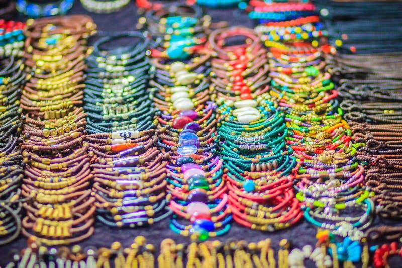 Braccialetti variopinti, perle e ricordo delle collane da vendere sullo streptococco immagine stock