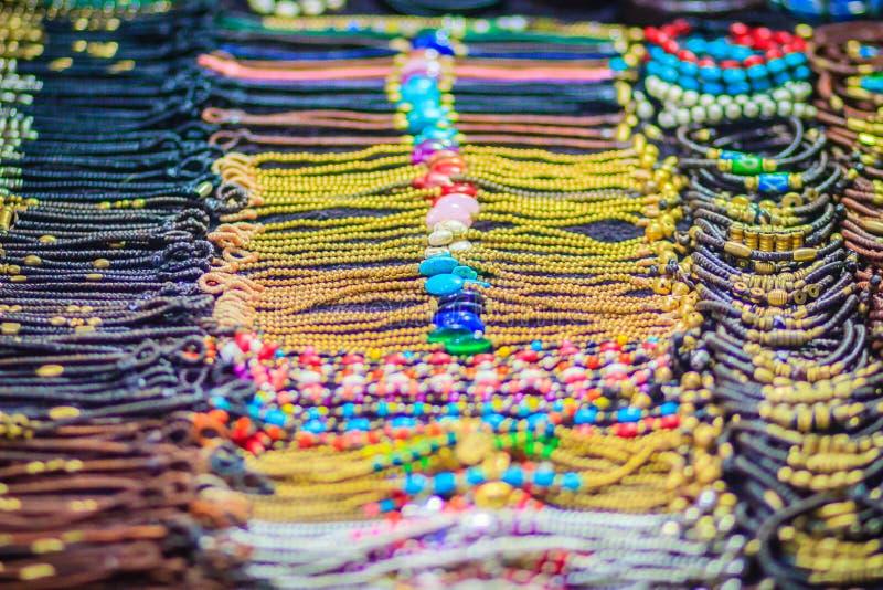 Braccialetti variopinti, perle e ricordo delle collane da vendere sullo streptococco fotografia stock