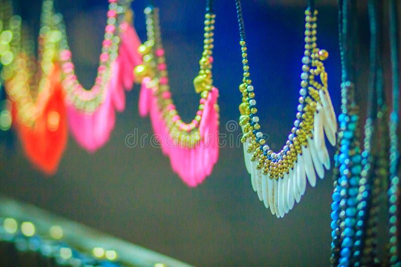 Braccialetti variopinti, perle e ricordo delle collane da vendere sullo streptococco fotografie stock libere da diritti