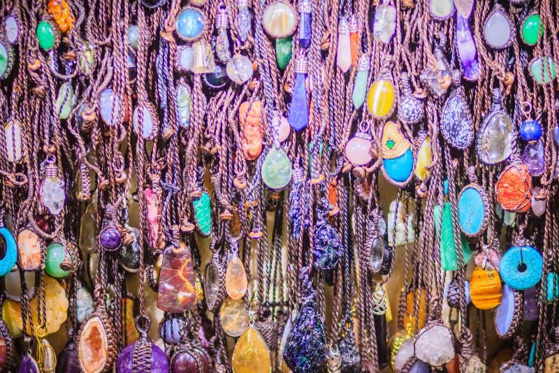 Braccialetti variopinti, perle e ricordo delle collane da vendere sullo streptococco fotografie stock