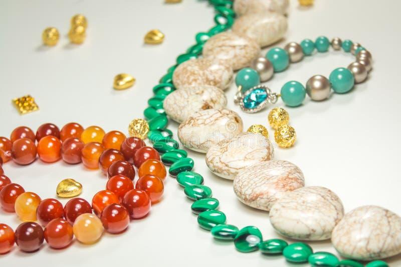 Braccialetto blu con la pietra di cristallo blu circondata con gioielli e le perle immagini stock libere da diritti