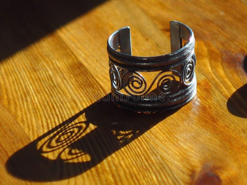 Braccialetto da metallo sotto argento fotografia stock libera da diritti