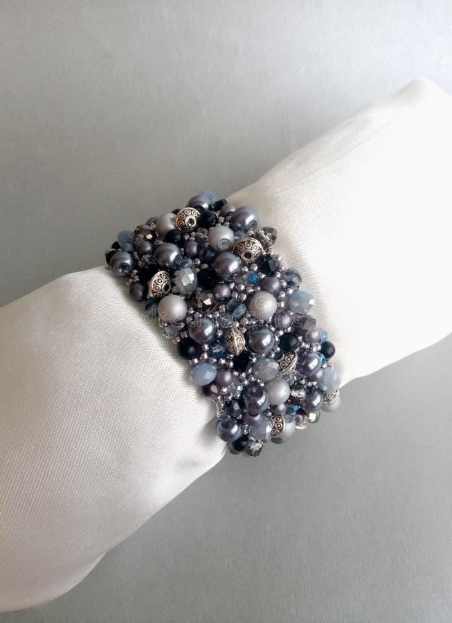 Braccialetto dei gioielli delle perle per gli accessori della donna fotografie stock