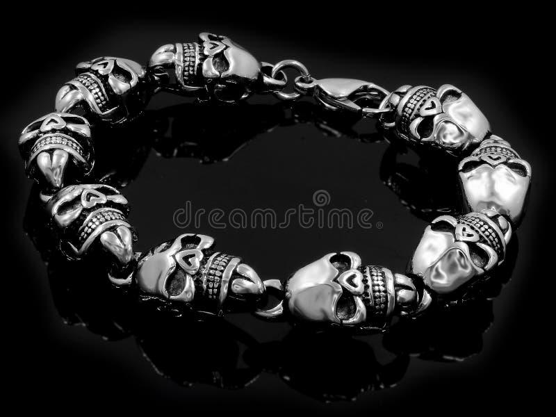 Braccialetto del gioiello con i crani Per gli uomini Acciaio inossidabile immagine stock