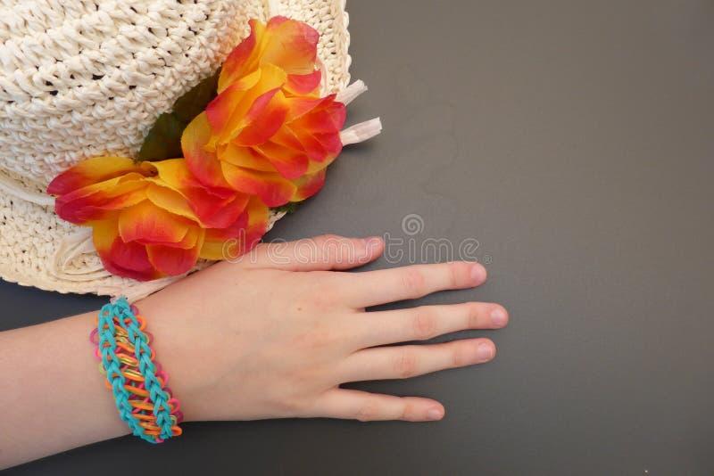 Braccialetto della banda del telaio sul braccio di una ragazza fotografia stock