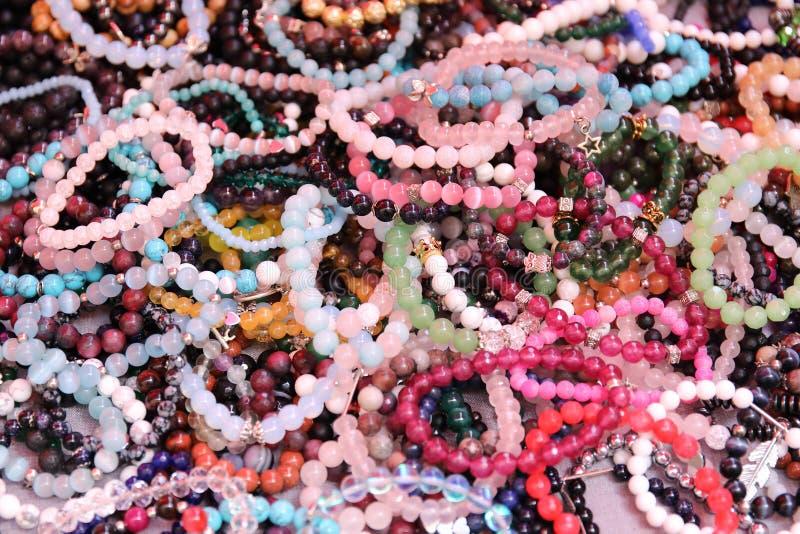 Braccialetto di pietra, gioielli con i braccialetti semipreziosi naturali delle pietre fotografia stock
