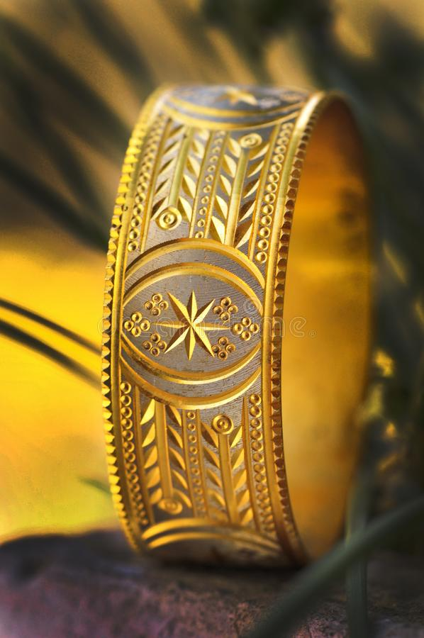 Braccialetto dorato fotografie stock