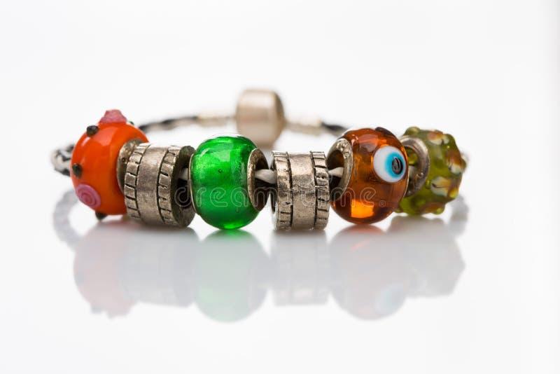 Braccialetto multicolore delle perle isolato immagine stock