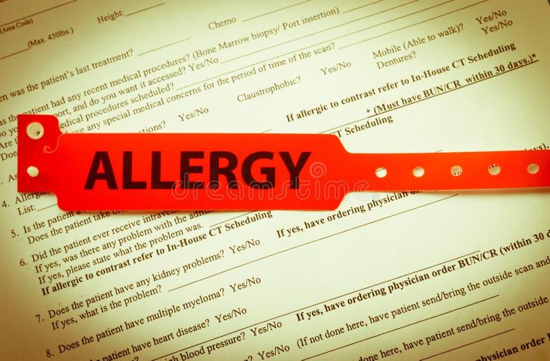 Braccialetto rosso di allergia immagine stock