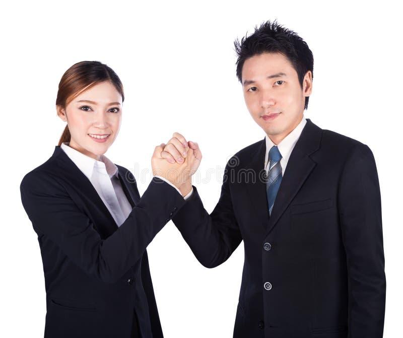 Braccio di ferro fra l'uomo d'affari e la donna di affari isolati sopra fotografia stock
