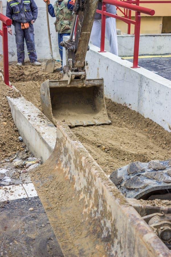 Braccio di Mini Hydraulic Excavator e un funzionamento del secchio fotografia stock libera da diritti