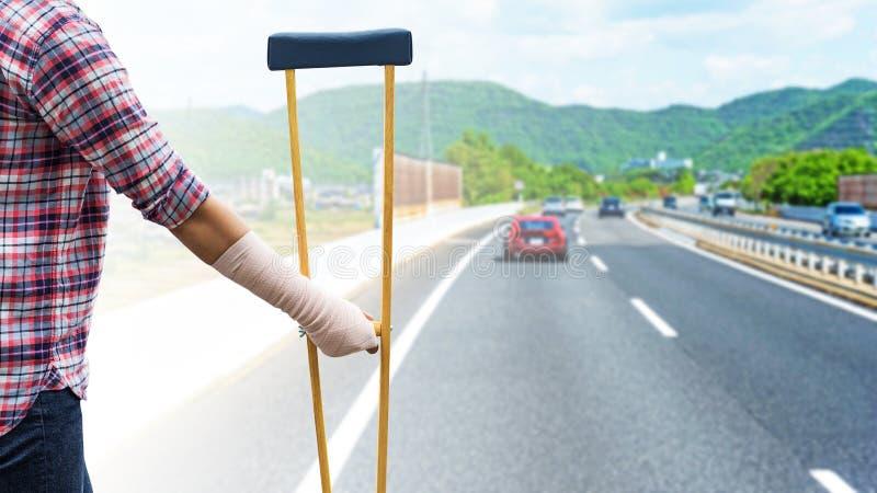 braccio rotto, camicia e jeans d'uso stanti della donna di lesione con la a fotografie stock