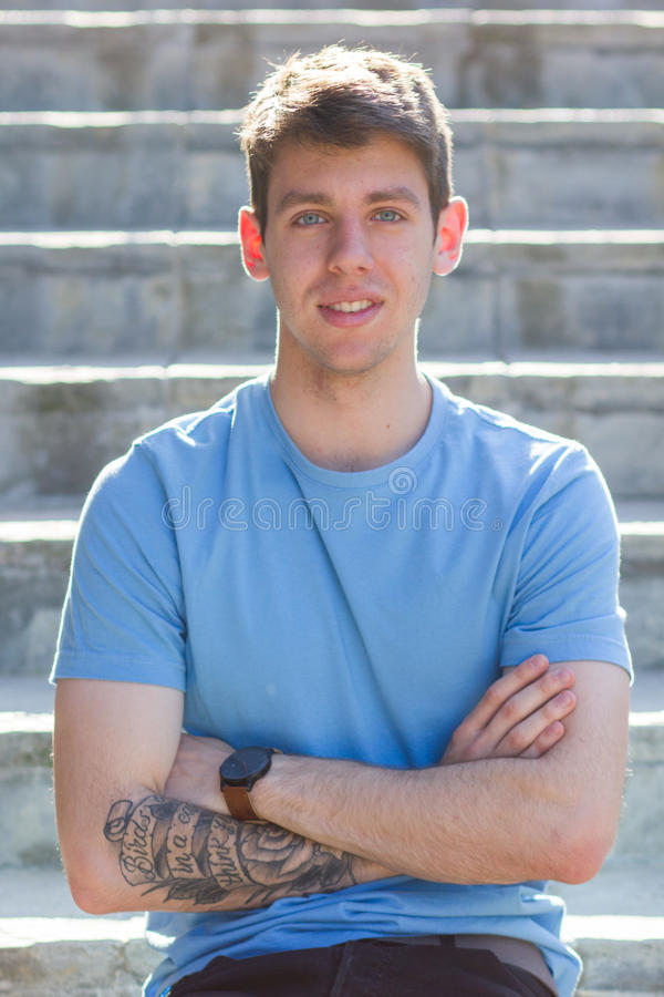 Braccio tatuato adolescente maschio bello fotografia stock libera da diritti
