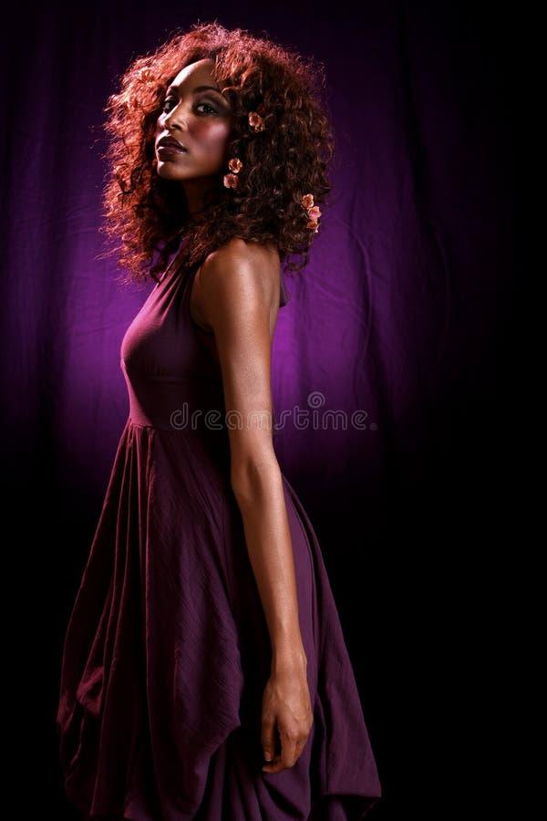 Braccio viola del vestito che appende giù fotografia stock