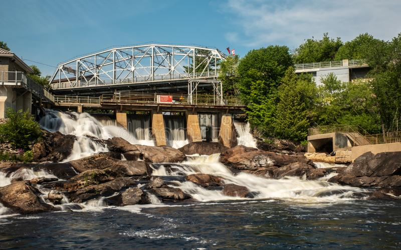 Bracebridge tombe au centre ville de barrage photo stock