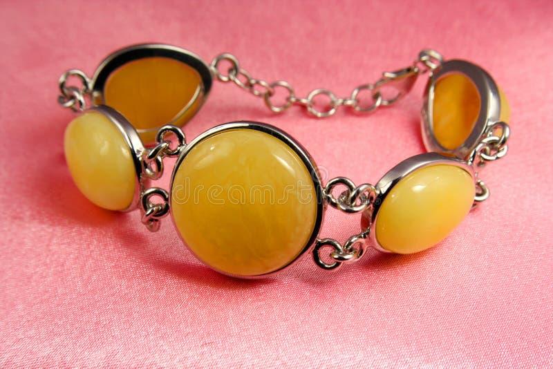 Bracelet d'ambre de bijou photographie stock libre de droits