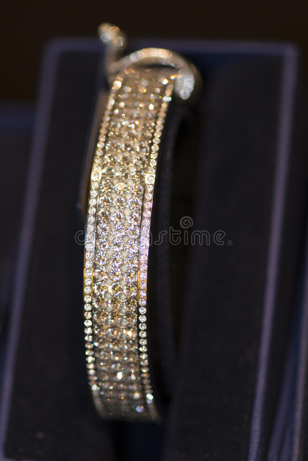 Bracelet d'or avec des diamants images stock