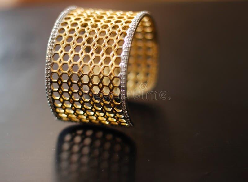 Bracelet d'or géométrique de conception de nid d'abeilles photos stock