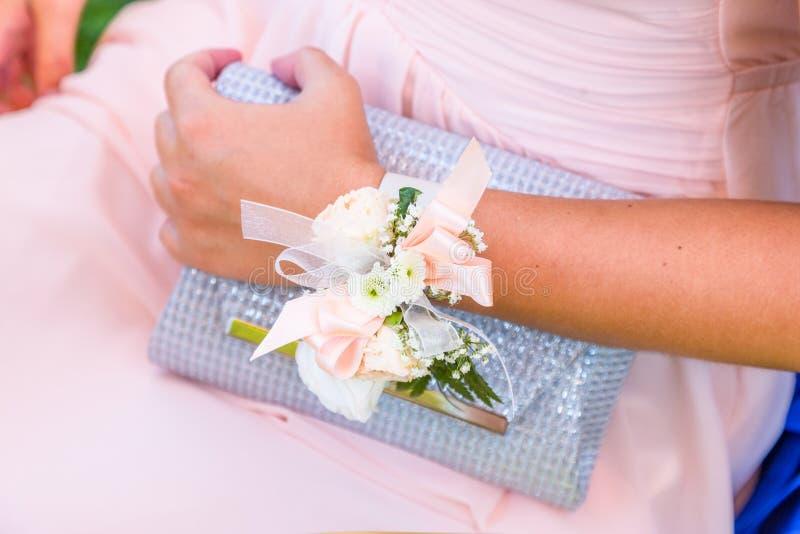 Bracelet de fleur de demoiselles d'honneur pour épouser photo stock