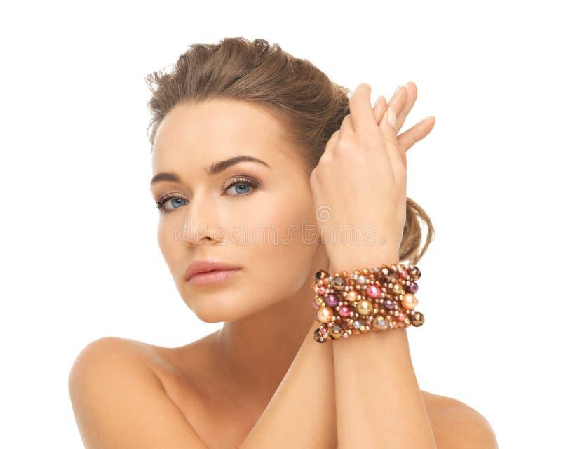 Bracelet de port de femme avec des perles photo stock