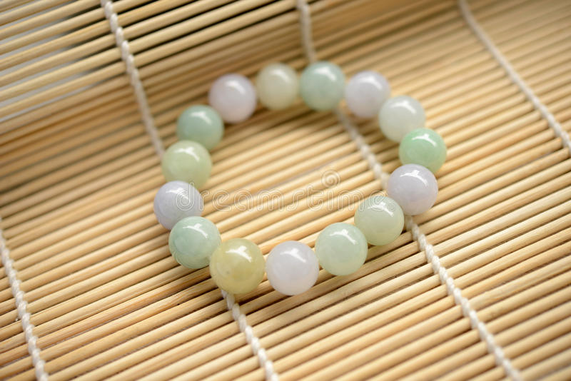 Bracelet des perles de jade images libres de droits