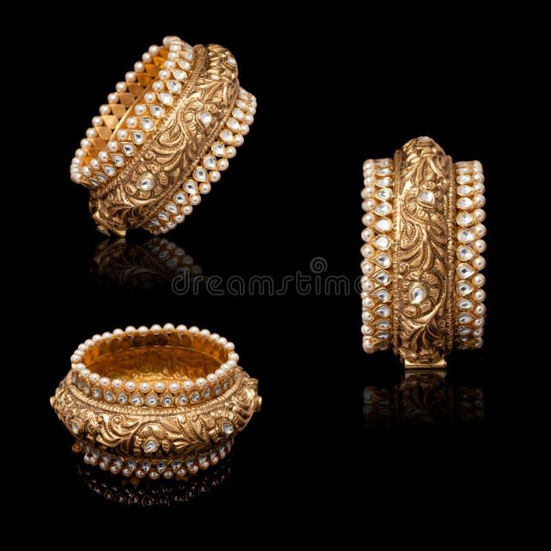 Bracelet diamant avec beaucoup de pierres sur fond réfléchissant images libres de droits