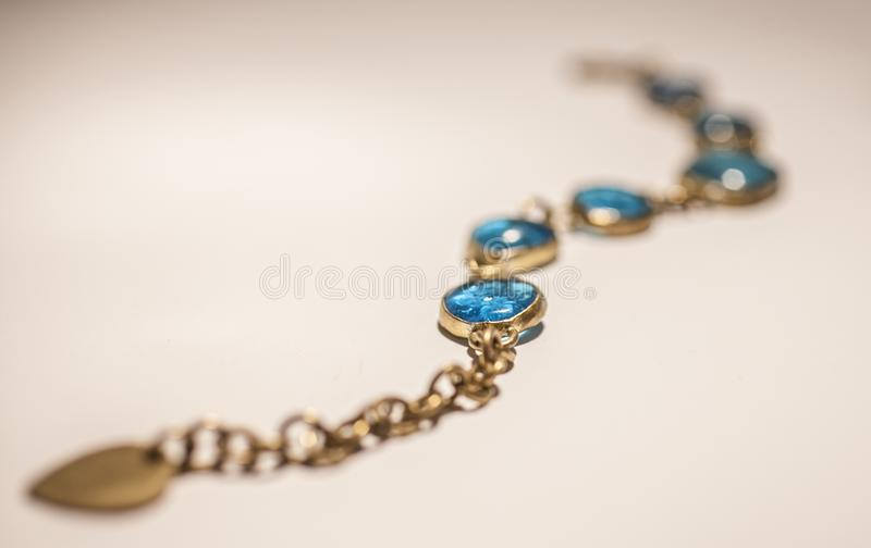 Bracelet en verre bleu, un plan rapproché avec le foyer mou, la longueur photos libres de droits