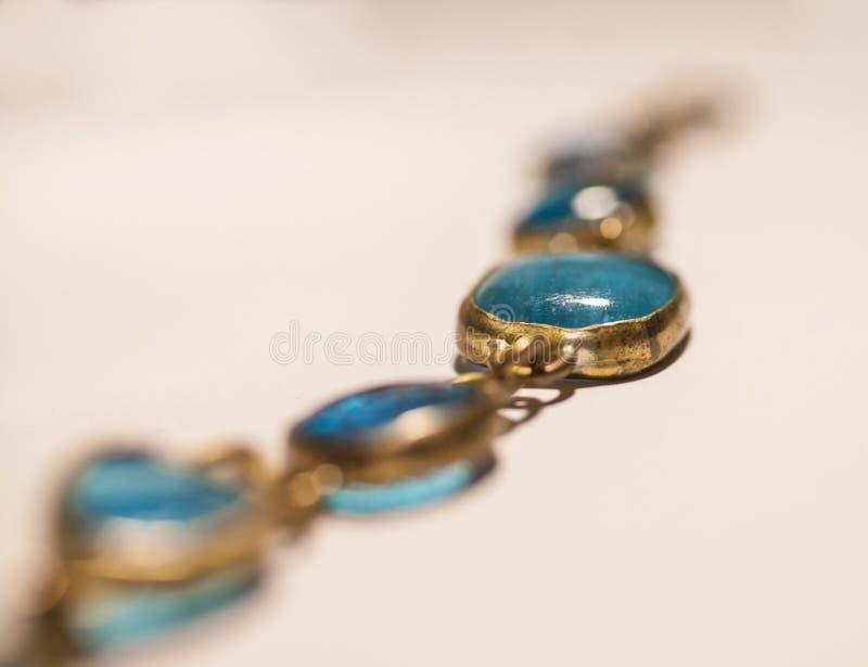 Bracelet en verre bleu, un plan rapproché, la longueur images stock