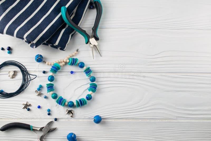 Bracelet fait main de turquoise, composition ?tendue plate a?rienne avec des pinces, perles et outils photos stock
