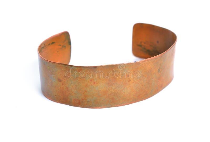 Bracelet simple d'en cuivre de cru D'isolement sur le fond blanc photo libre de droits