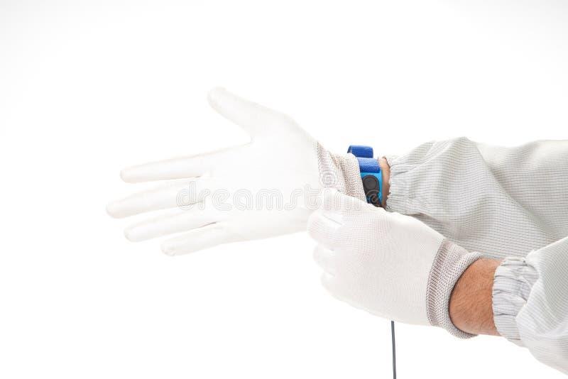 Bracelet sur la main d'un homme portant le tissu d'ESD et le stati de gant photos stock
