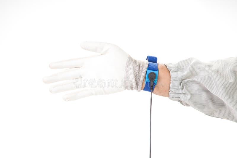 Bracelet sur la main d'un homme portant le tissu d'ESD et le stati de gant photo libre de droits