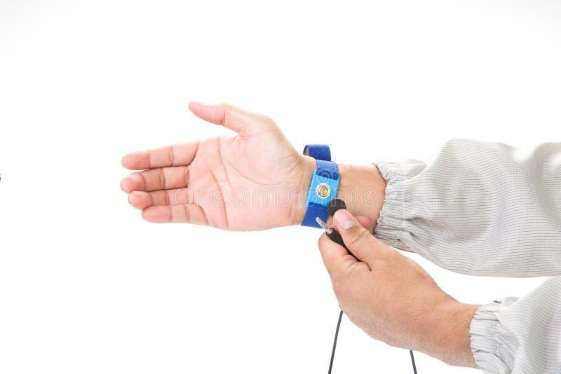 Bracelet sur la main d'un homme portant le tissu d'ESD d'isolement sur le petit morceau images libres de droits