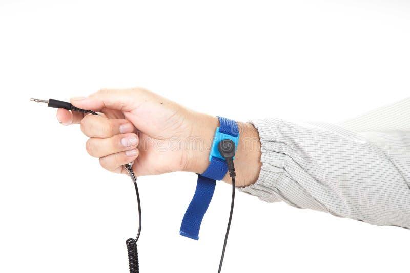 Bracelet sur la main d'un homme portant le tissu d'ESD d'isolement sur le petit morceau photos libres de droits